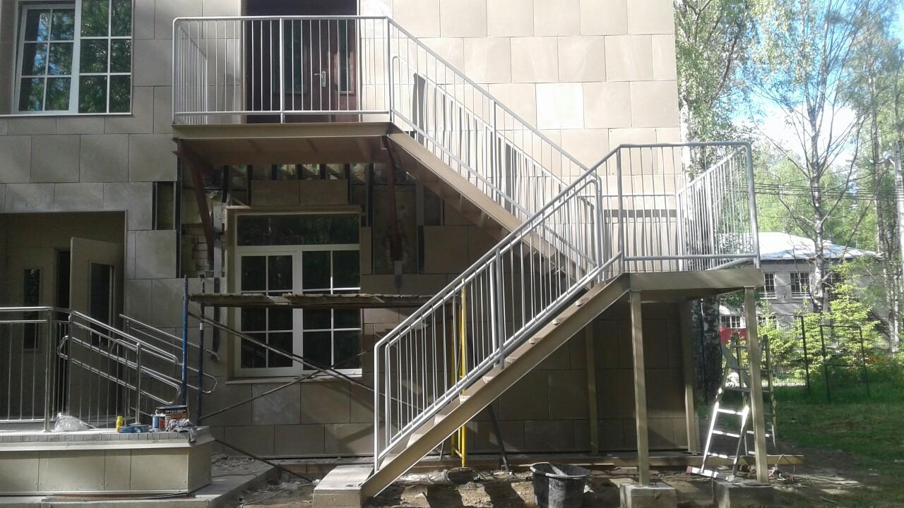 Металлическая эвакуационная лестница в поселке Ушково стоиомость 440000 руб