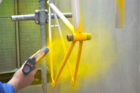 Порошковая окраска – наиболее оптимальный способ получения полимерного покрытия. Этот процесс включает в себя нанесение покрытия из полимерного порошка на поверхность изделия и нагревание этого изделия.